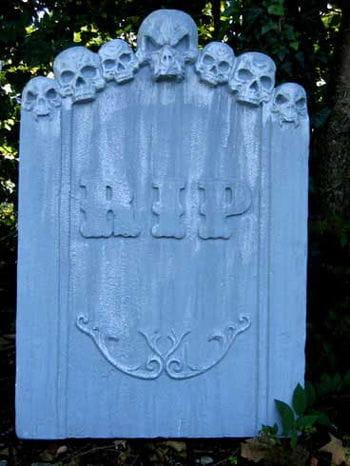 Grabstein sieben Totenschädel