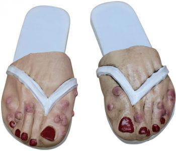 Alte Damen Füße als Badelatschen